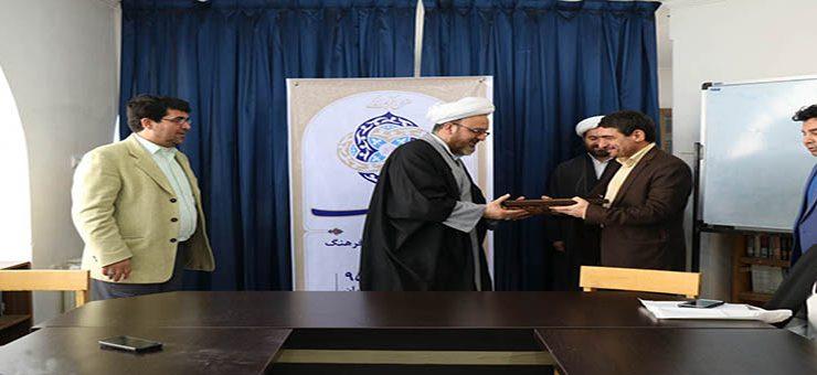 گزارش تصویری: تجلیل از حجت الاسلام سینایی در برنامه روز فرهنگ